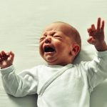 Les coliques du nourrissons entraînent des pleurs intenses chez le nouveau-né.