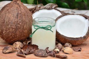 L'huile de coco laisse un doux parfum des îles sur votre peau.