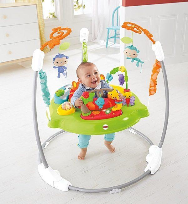 Le jumperoo jungle est un sauteur pour bébé original et ludique.