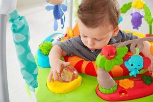 Le sauteur bébé Jumperoo Jungle est ludique et éducatif.