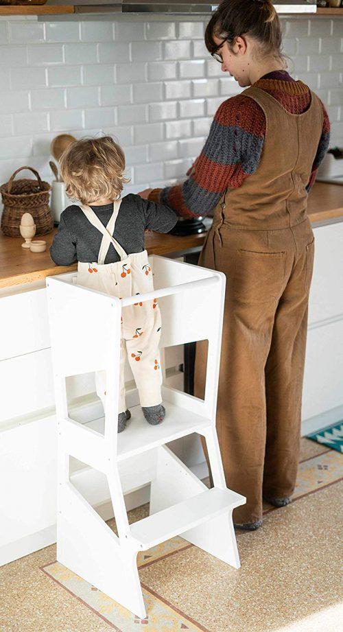 La tour d'observation Montessori est un excellent objet pour faire partie votre enfant en cuisine par exemple !