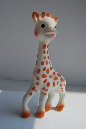Sophie la girafe est un jouet de dentition pour bébé fabriqué par la société Vulli.