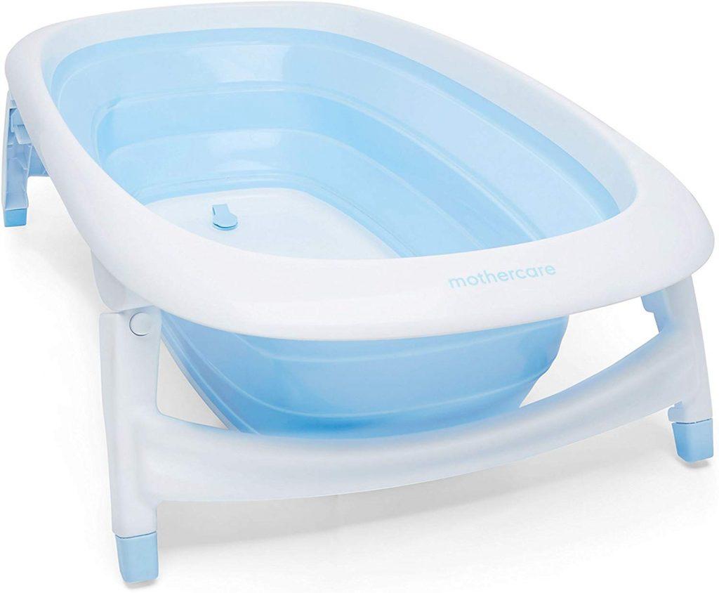Crette baignorie Mothercare est de couleur blanche et bleu.