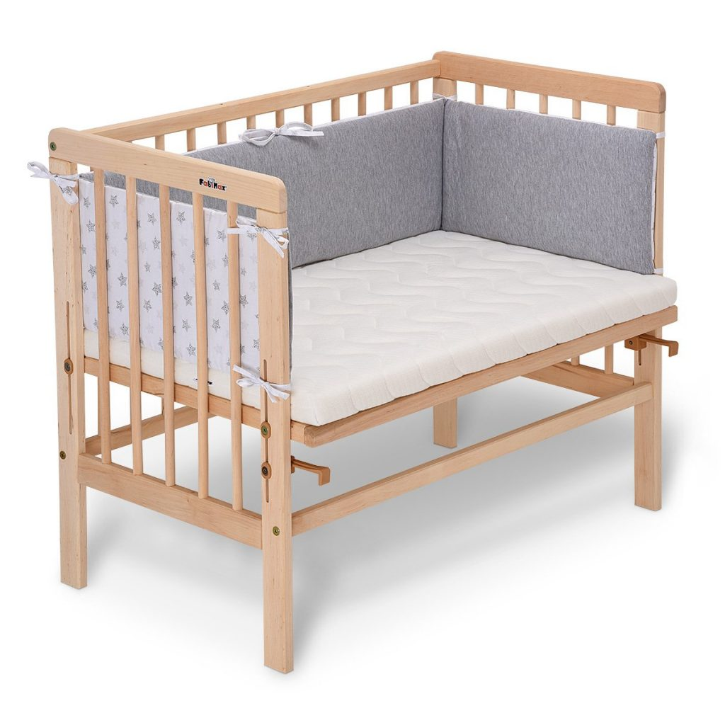 Le lit cododo en bois naturel FabiMax est doté d'un tour d elit et un matelas confortable.