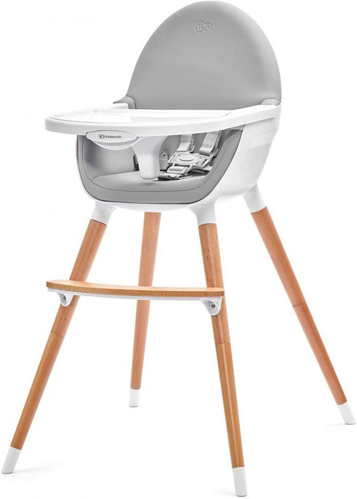 La chaise haute Kinderkraft FINI dispose d'un look très tendance avec ses pieds en bois.