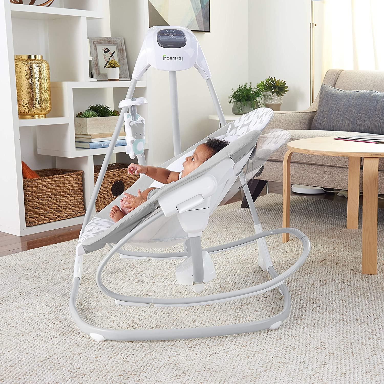 Cette balancelle Ingenuity se transforme en transat pour bébé.