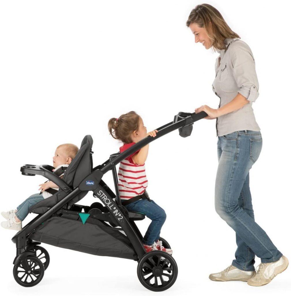 La poussette double Chicco Stroll'in 2 vous permet d'asseoir un enfant plus grand à l'arrière du siège de bébé.