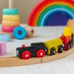 Le train en bois est un jouet très apprécié des enfants.