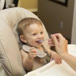 La chaise haute bébé permet de donner à manger à son enfant.