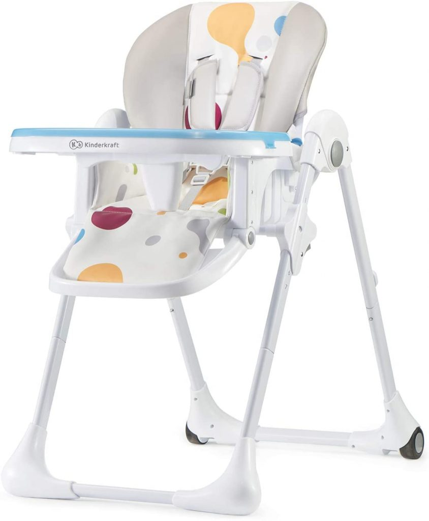 La chaise haute pliable YUMMY a un plateau amovible.