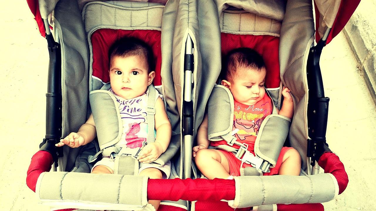 La poussette double permet de balader 2 enfants.