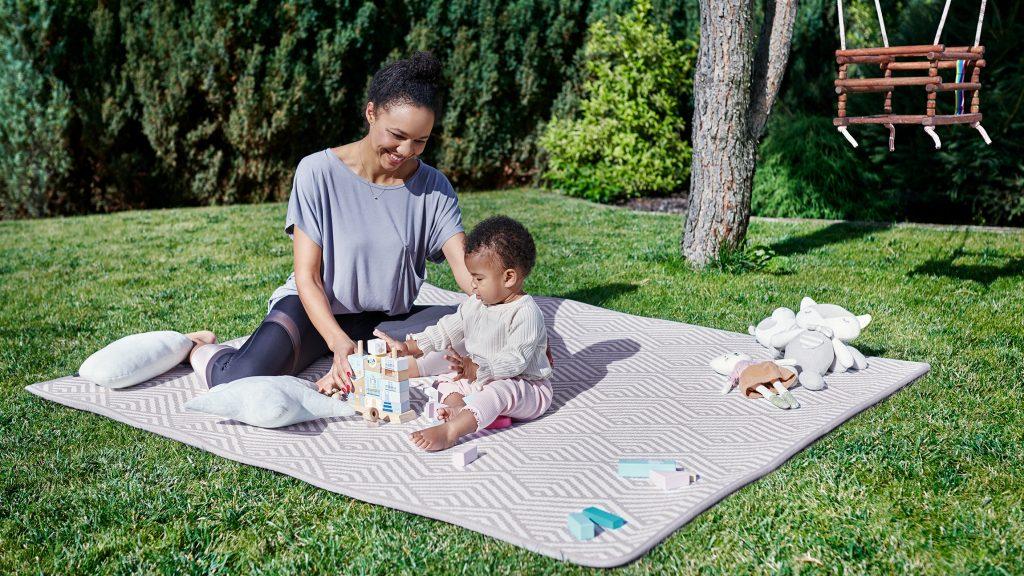 Le tapis bébé Kinderkraft MATTY est réversible.
