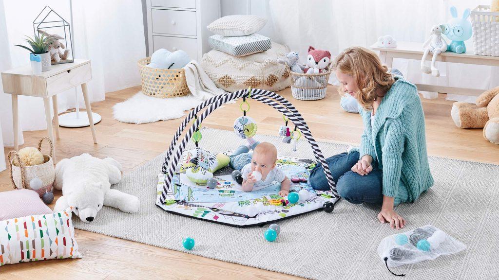 Le tapis d'éveil Kinderkraft SMARTPLAY peut se transformer en piscine à balles bébé.