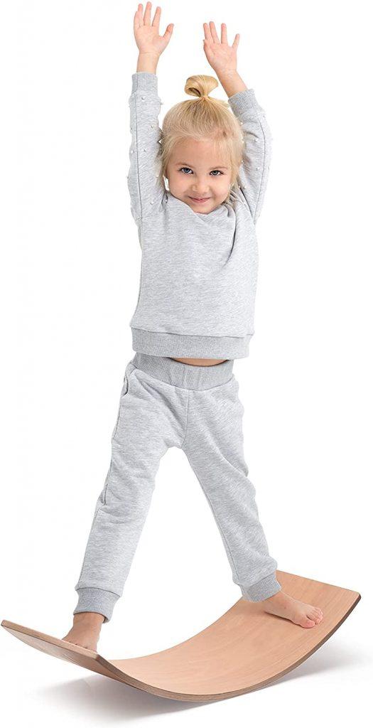 Le balance board Milliard est un jouet Montessori parfait pour les enfants.