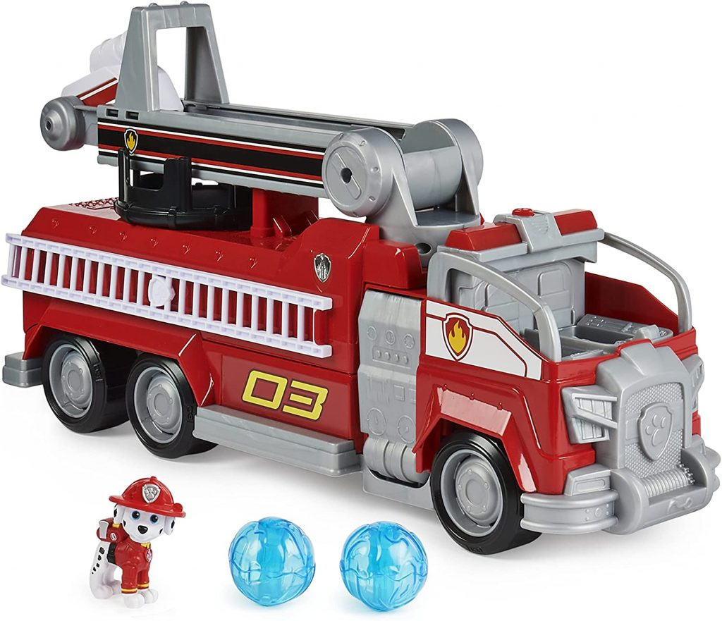 Le camion de pompiers de Marcus de la Pat Patrouille est rouge et gris.