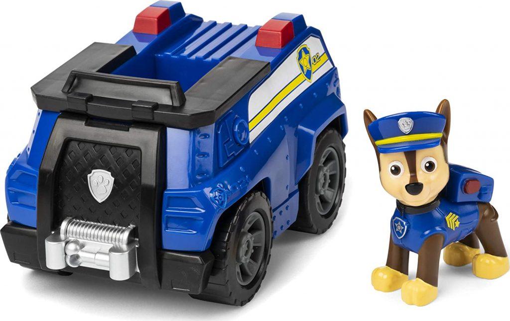 Cette figurine Pat Patrouille de Chase inclut notamment son véhicule.