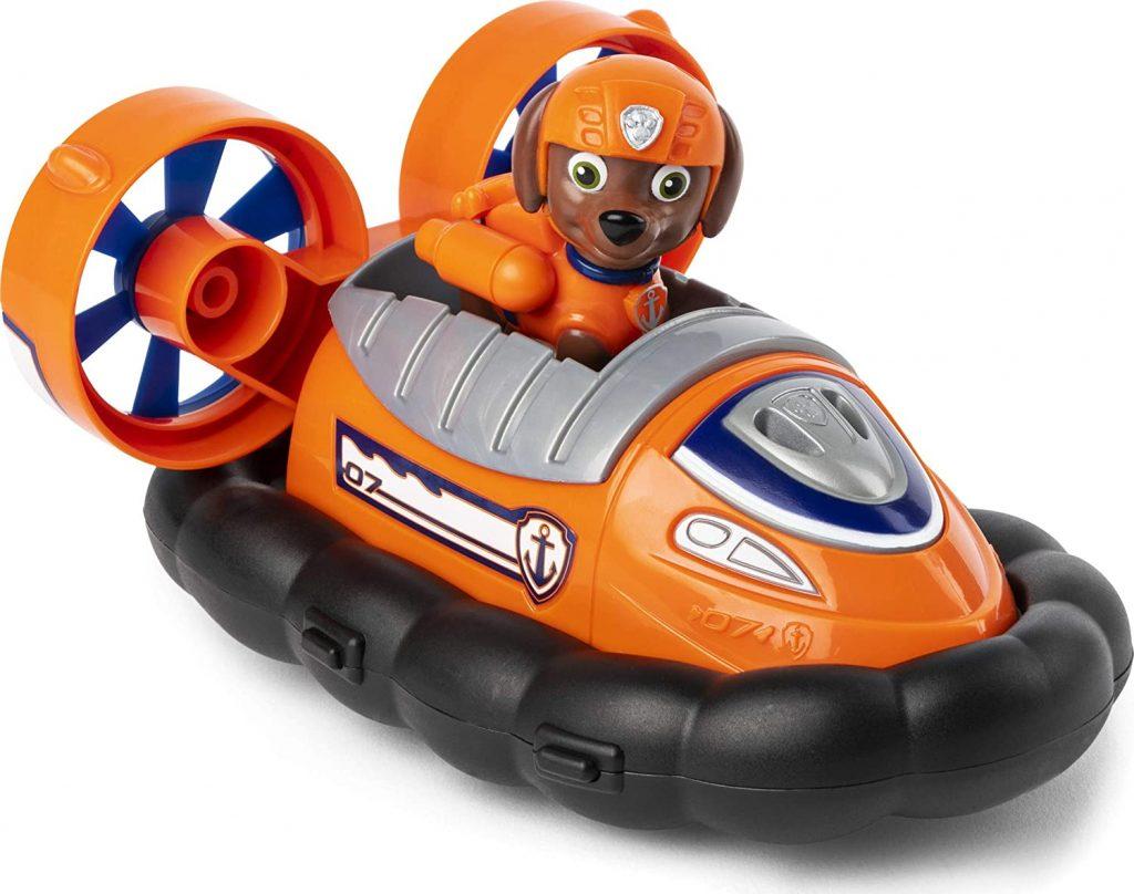 La figurine de zuma porte des habits de couleur orange assortis à son véhicule.