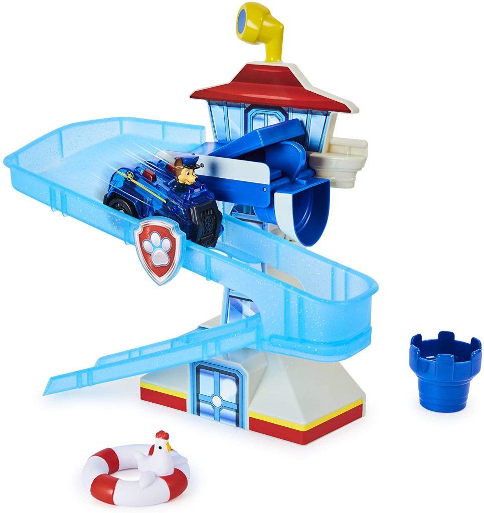 Ce jouet de bain avec Chase de la Pat Patrouille a un grand toboggan.