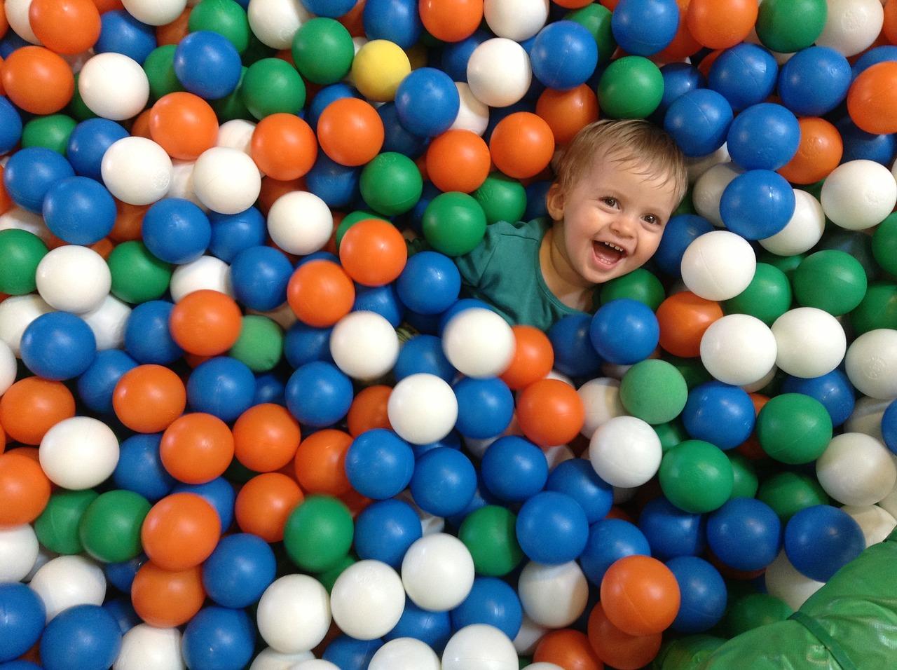 La piscine à balles est idéale pour les enfant dès 1 an.