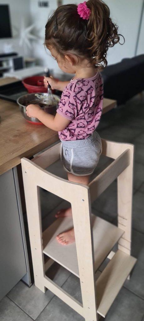 La tour Montessori RoyauT permet à votre enfant de cuisiner avec vous en toute sécurité.