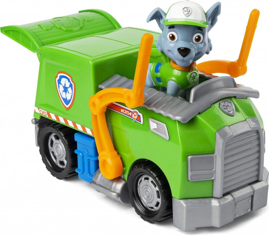 La figurine et Rocky de la Pat Patrouille est accompagnée de son véhicule dans la série.