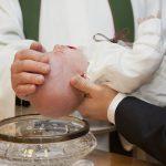 Lors d'un baptême, le bébé reçoit sa médaille de baptême.