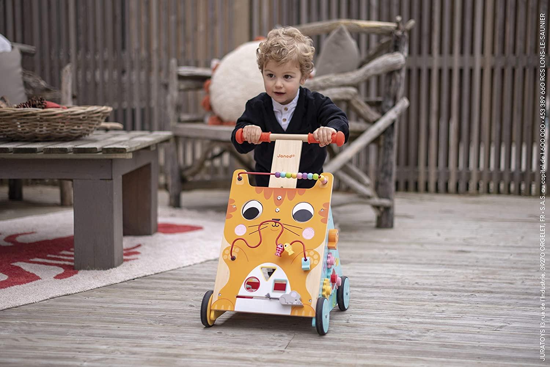 Ce chariot de marche pour bébé Janod multi-activités est coloré.