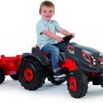 Ce tracteur enfant à pédales Smoby a une remorque rouge.