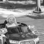 Cette voiture électrique pour bébé a des bouquets sur ses rétroviseurs.